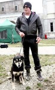 Mickey-Rourke-Helps-Dogs3